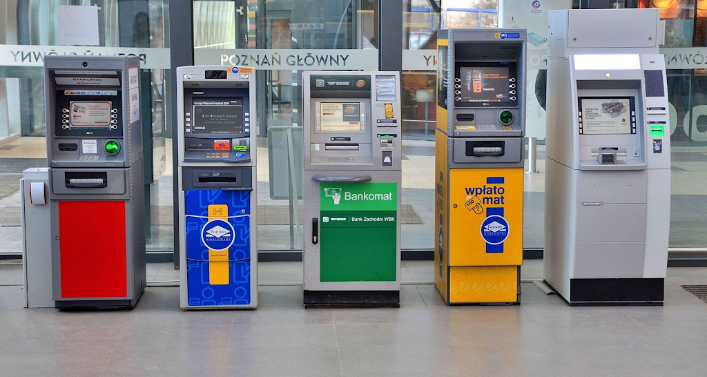 Turisti truffati al bancomat